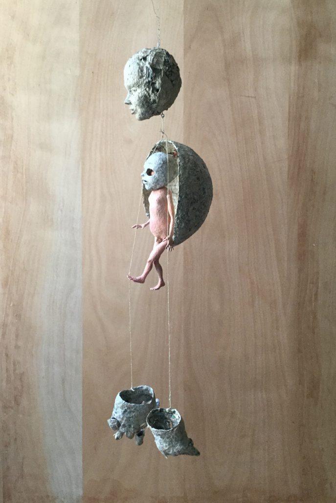 Michael Kalmbach –Steuermann –2017, Papiermaché Draht Schnur Gouache, h140cm –galerie metzger sculture kunst