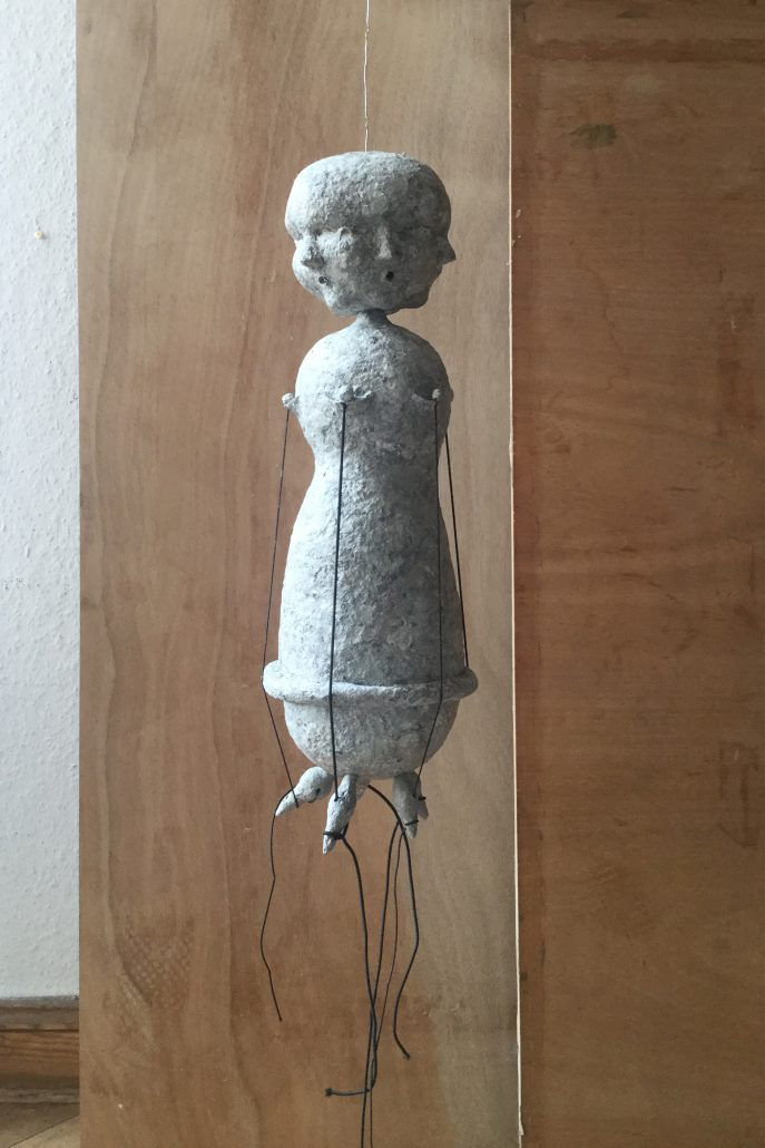 Michael Kalmbach –Harfe –2019, Papiermaché Draht Gummiband, h52cm –galerie metzger culpture art gallery