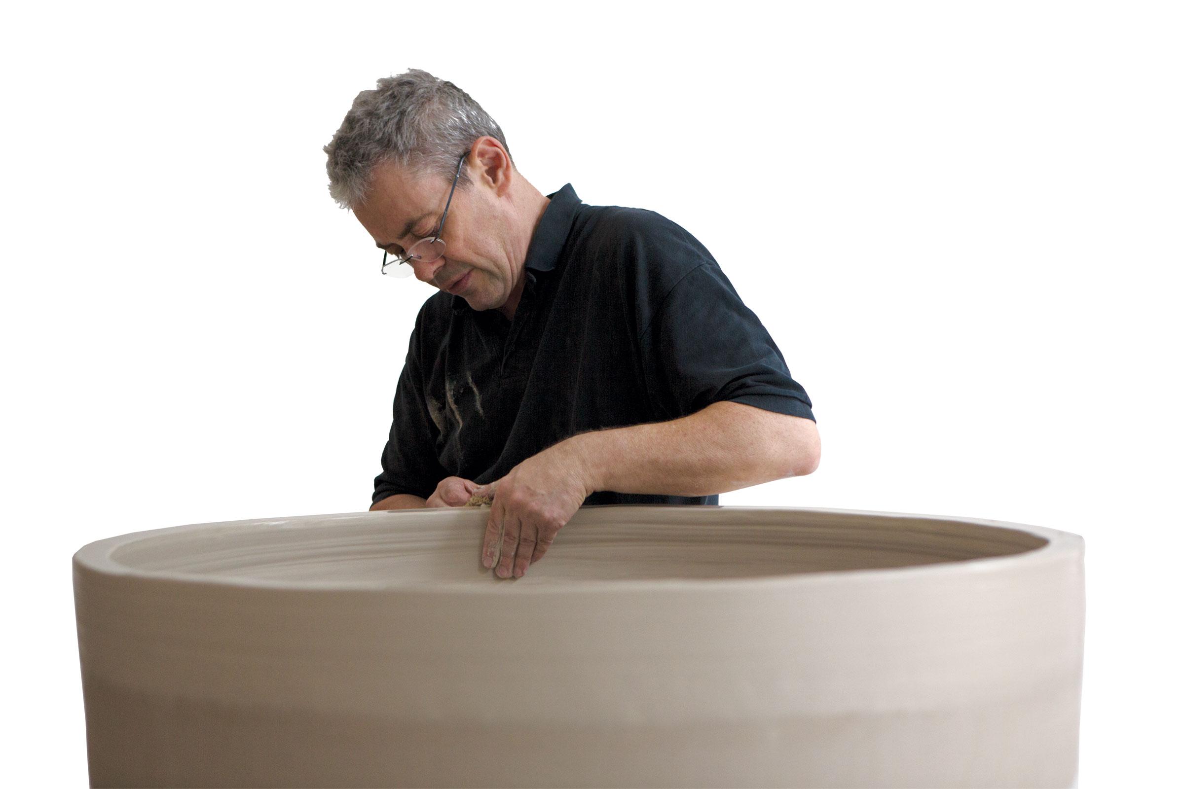 Julian Stair –beim Arbeiten –galerie metzger exhibition art ceramic